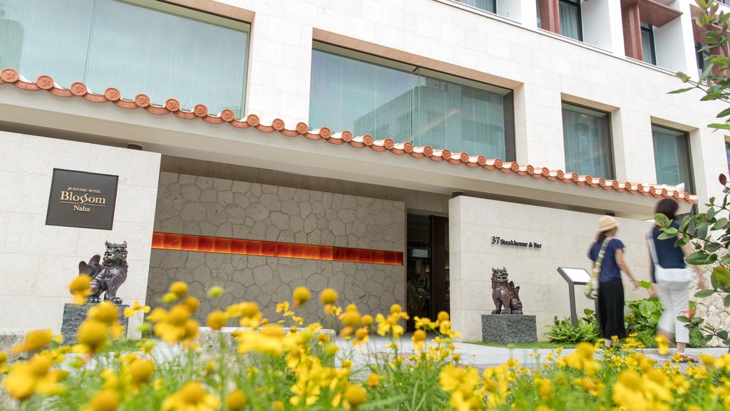 ホテルエントランス 鳳凰木の花をイメージした琉球赤瓦の赤瓦