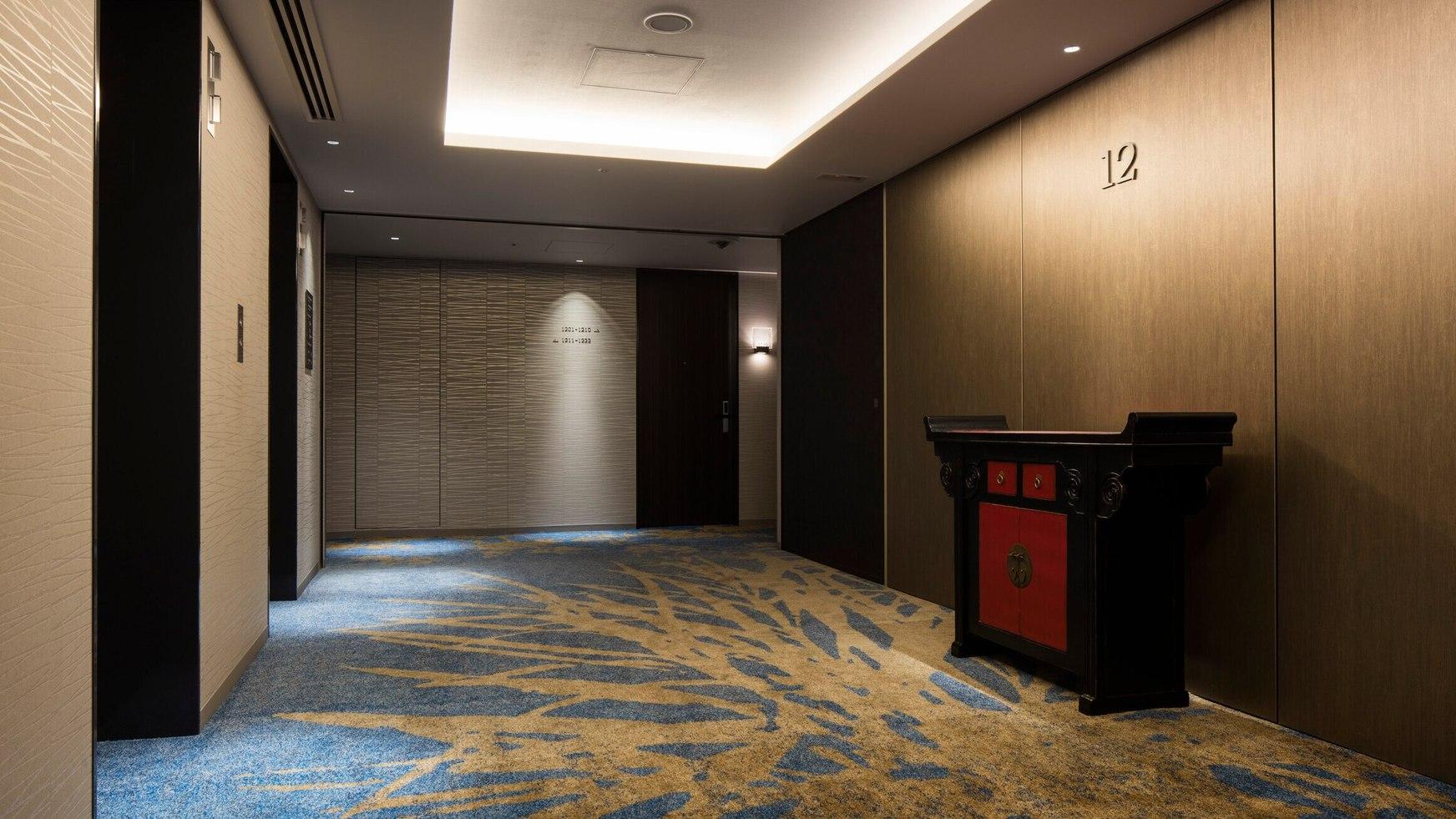 エレベーターホール 各階で少しずつデザインの違う家具が皆さまをお迎えします。