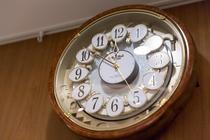 当ホテル名物、仕掛け時計です。毎正時になると。。!