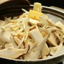 キノコの陶板焼-真心込めてつくる 手作り料理が並びます