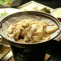 きのこの陶板焼き-お米や地域の野菜、山菜など地産地消の献立。