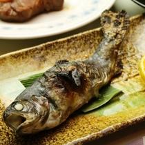 焼き魚-お米や地域の野菜、山菜など地産地消の献立。