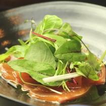 信州サーモンカルパッチョ-真心込めてつくる 手作り料理が並びます