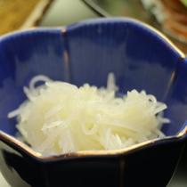 お米や地域の野菜、山菜など地産地消の献立。