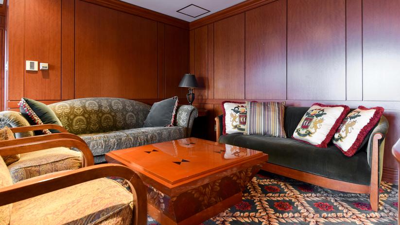 *クラブハウスVIPルーム/高級木材:マホガニーを基調とするインテリアです。