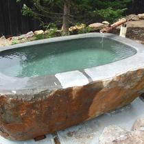 *女湯石風呂/大きな石をくり抜いた風情ある露天風呂
