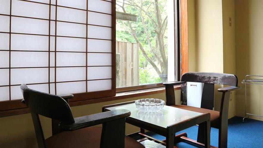*和室12畳一例/窓の外にはお庭の緑が広がる