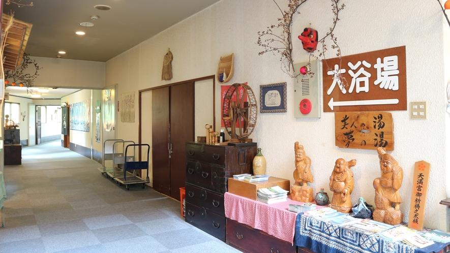 *館内一例/かわいらしい民芸品の飾られた館内