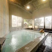 *男湯内湯/広々とした大浴場は、窓も大きく開放感があります
