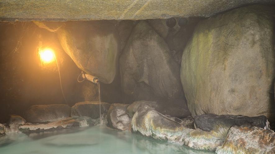 *男湯洞窟風呂/秘密の隠れ家のような雰囲気が楽しめます