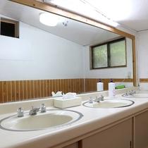 *脱衣所/大きな鏡張りの洗面所が快適