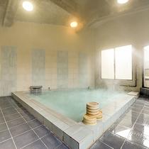 *男湯内湯/毎分約1万リットルと日本一の湧出量