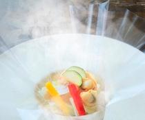 フィルムを開けると凝縮された食材の香りが[名物・Koyoi流ブイヤベース]※一例