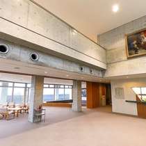 天井が高く開放感のある1階ロビー