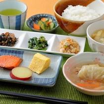 朝食(一例):地元食材を使った健康和定食。