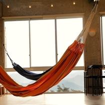 夕方のゆったりと流れる時間に夕日を浴びながらハンモックでうたた寝。