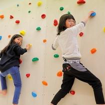 キッズルームにあるボルダリングは小さなお子様に大人気!
