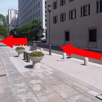 ②左に進み、最初の角を左に曲がります。