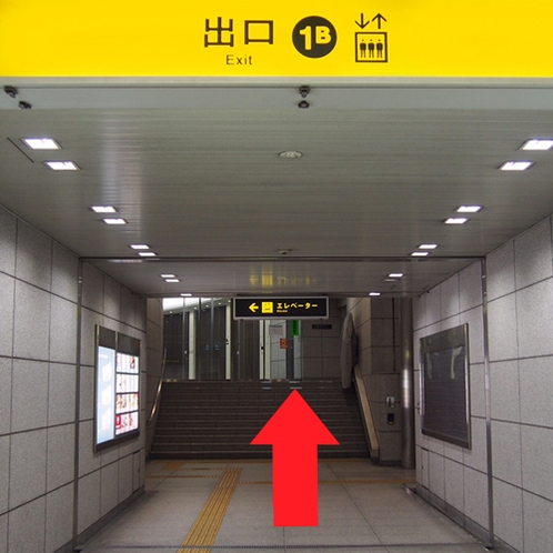 ①「北浜駅」改札を出て1B出口へ。