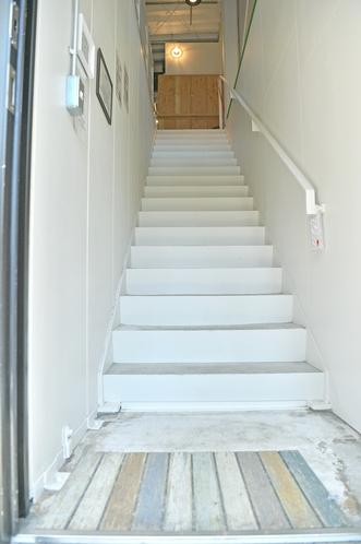 2階ドミトリーへの階段(宿泊ゲスト専用ドア)