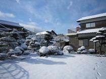 冬の民宿外観