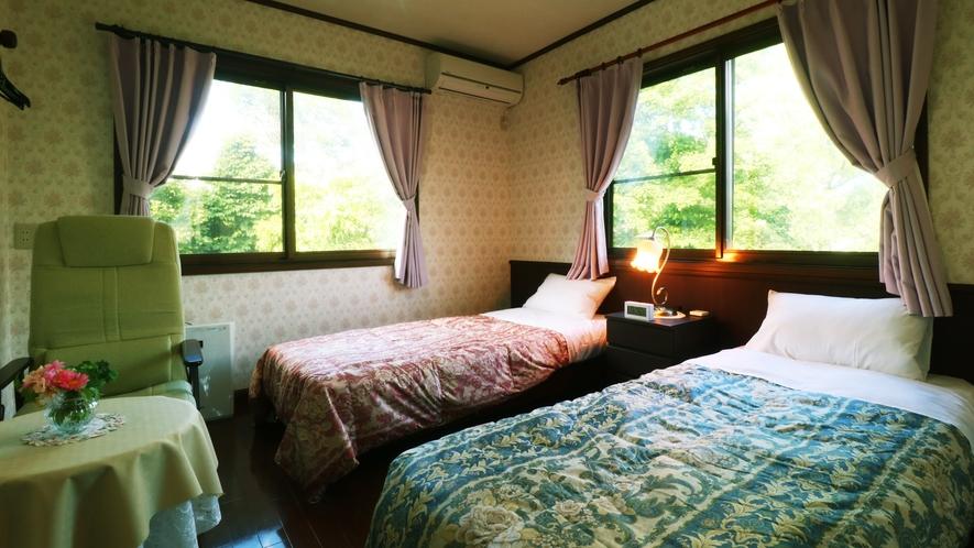 【客室一例】四季折々の景色が眺められる客室と高級感漂うインテリア。