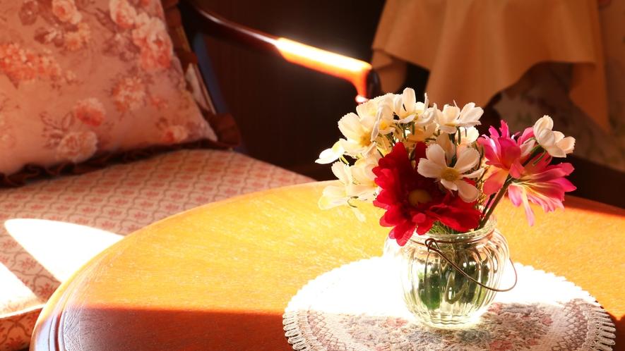 【客室一例】太陽の光が入りこむ、高級感のある客室です。
