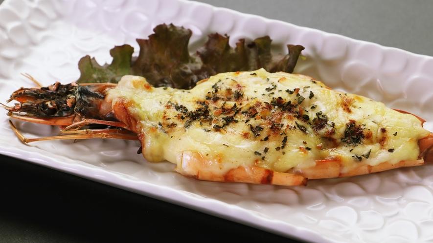 【ご夕食単品-有頭エビのホワイトソース鬼殻焼き】プリプリのエビの甘さが引き立つ一品です。
