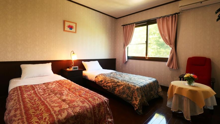 【客室一例】深い色合いが特徴のベッドルーム。旅の疲れを癒してください。