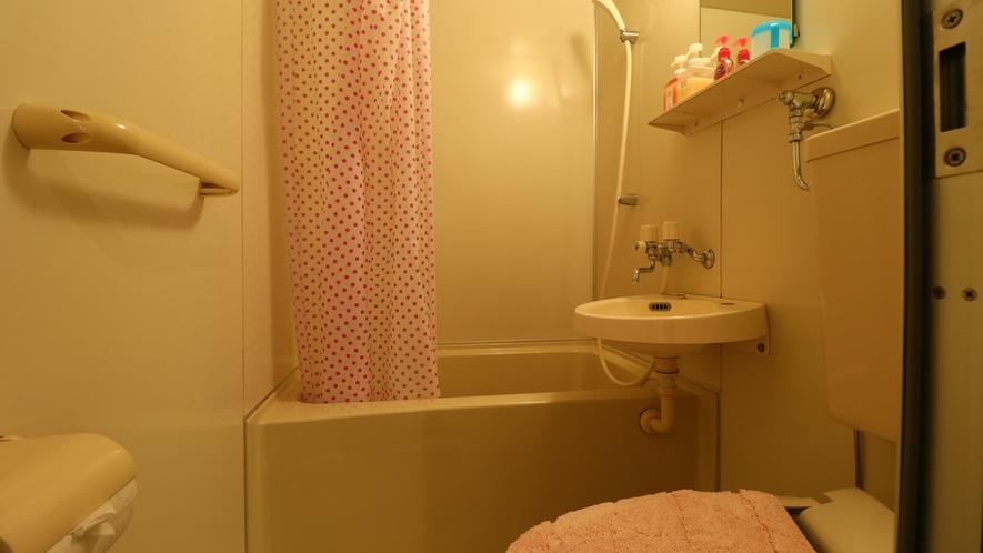 【客室一例-シングル】バストイレ付の客室。愛犬をお部屋にひとりぼっちにしないで済むので、安心です。