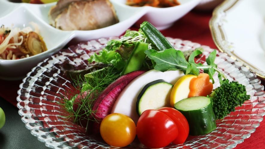 【ご夕食一例-会津の旬野菜】お肉だけじゃない!地元の野菜もみずみずしくて絶品です。
