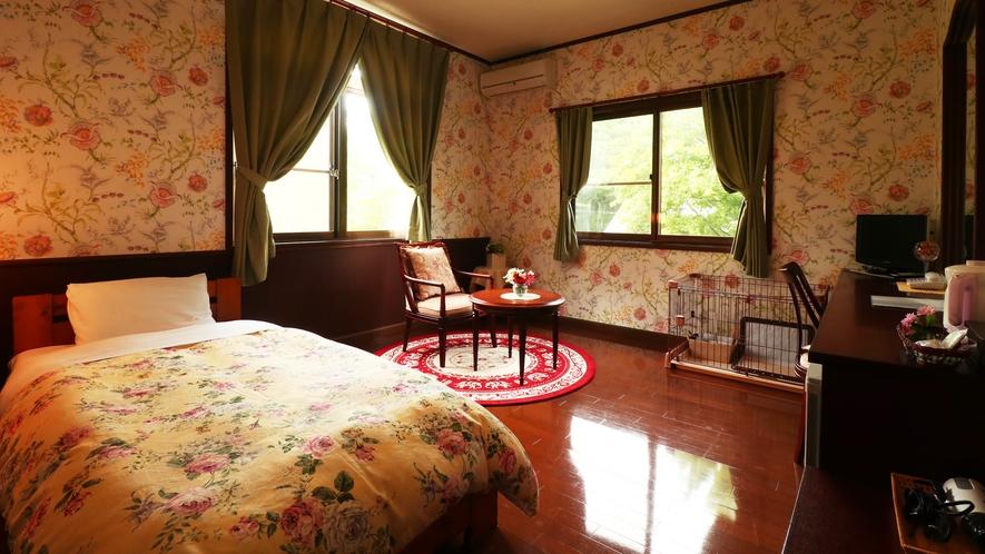 【客室一例-シングル】段差の少ない、ワンちゃんも安心の客室。寛ぎのひと時をお過ごしください。