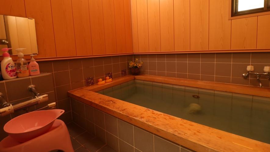 【貸切風呂】麦飯石風呂で、鉄分やマグネシウムなど40種類もミネラルが含まれ、全身の血流が良くなります