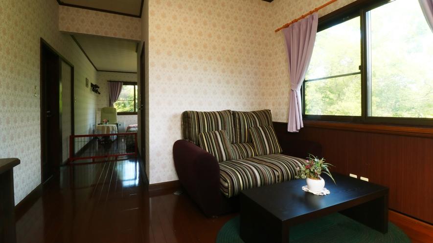 【客室一例】ベッドルームとリビングの二間続きのお部屋です。