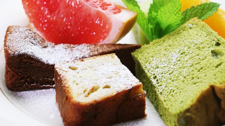 【ご夕食単品】シェフ特製の優しい味わいのケーキを季節の果物と一緒にお召し上がりください。