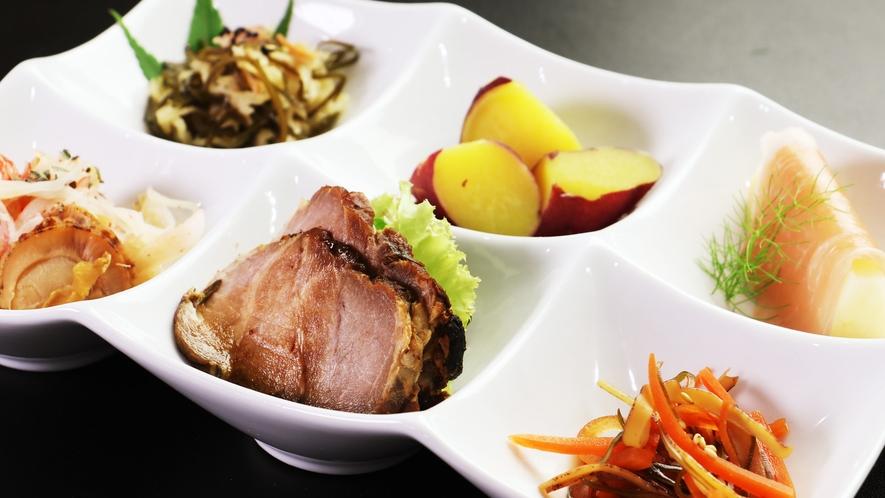 【ご夕食単品】紅はるかの甘煮やイカ人参など、地野菜の旨みが堪能できるプレート