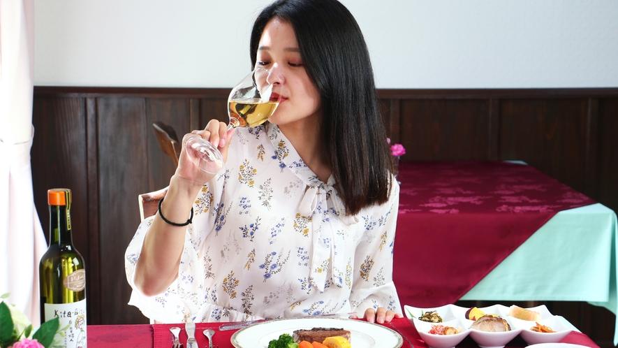 【ダイニング】旬の食材にこだわった地中海風のお食事にはワインがよく合います。