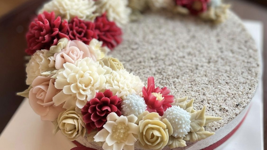 【ケーキでお祝い】花がデコレーションされたかわいいケーキ。グルテンフリー。