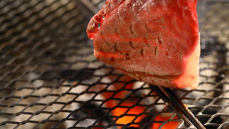 ■「信州アルプス牛ステーキ」囲炉裏で焼いて贅沢に