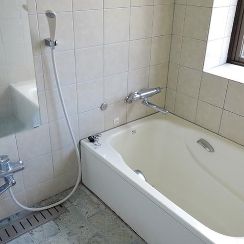 *【お風呂】家庭のお風呂サイズですが足を伸ばして1日の疲れを落としてください。