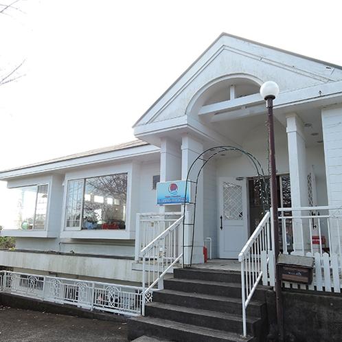 *【本館・外観】伊豆高原と相模湾の間に建つアットホームな雰囲気のペンションです。