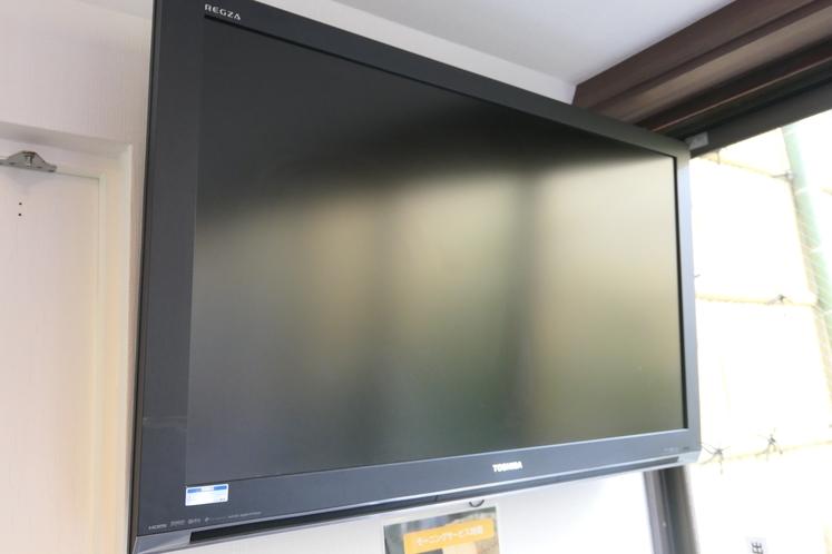 ラウンジの大型テレビ