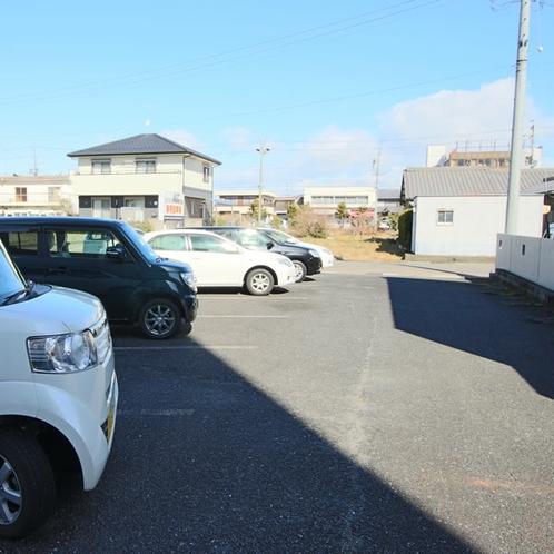 無料駐車場敷地内11台+提携駐車場あり