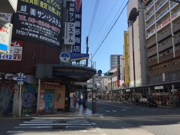 3.日本橋筋商店街の東5の看板が見えてきたら左手へ曲がります。