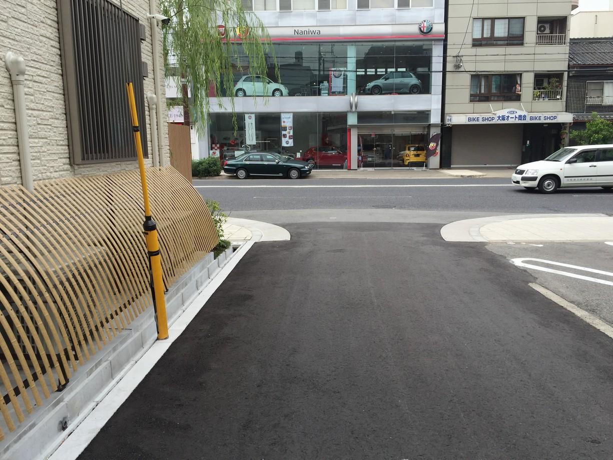 9.正面にNaniwaさんの自動車ショールムが見えてきたら、松屋町筋を左手へ曲がります。