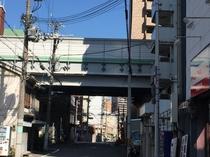 5.阪神高速の高架下を通り過ぎます。