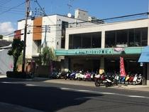 7.道路を挟んで暖簾のかかった入り口が和空下寺町です。お車に気をつけて横断下さいませ。
