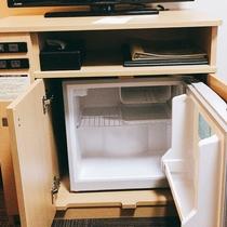 冷蔵庫はテレビ台の下にございます。中身は空で御座います。