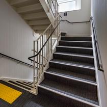 4階建てなので、お急ぎの際には階段もどうぞ。エレベータ混雑時には是非ご利用下さい。