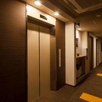 エレベータ横にはズボンプレッサーが御座います。ご自由にご利用下さい。(
